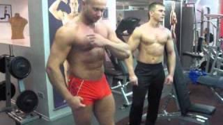 Подъем гантелей стоя перед собой для груди. Как накачать грудные мышцы видео(Тренировка грудных мышц упражнением - подъемы гантелей стоя пред собой. Техника выполнения упражнения:..., 2010-11-14T20:53:01.000Z)