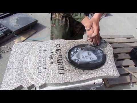 Врезка портрета на памятник из светло серого гранита