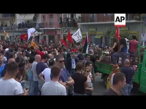 G7 protesters and police clash in Giardini