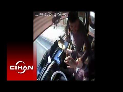 Şoföre hareket halinde yumruk attı, yolcular korkudan kendilerini dışarıya attı