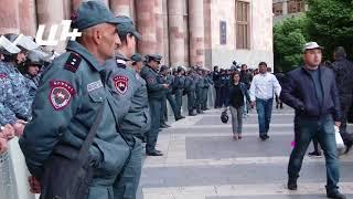 Ոստիկաններ կառավարության շենքի մոտ