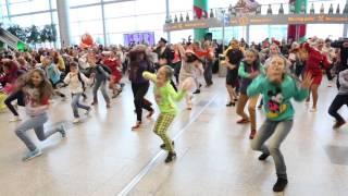 Download Новогодний флэшмоб в Аэропорту Домодедово | New Year flash mob at Domodedovo Airport Mp3 and Videos