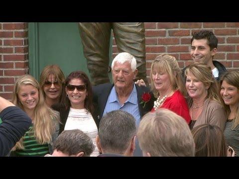 TOR@BOS: Red Sox reveal Yastrzemski statue