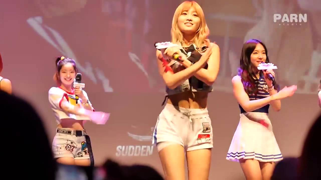 Twice S Momo Keeps Her Cool Despite Sudden Wardrobe Malfunction While Performing