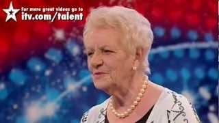 Senhora de 80 anos cantando (HD) no Britain
