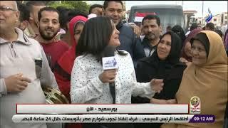 احتفال المصريين امام لجان الاستفتاء ببورسعيد: نازلين نعمل الصح لاستكمال مسيرة البناء