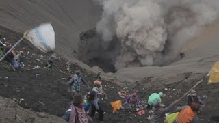 Video Life goes on inside Bali's Mt Agung volcano danger zone download MP3, 3GP, MP4, WEBM, AVI, FLV Oktober 2017