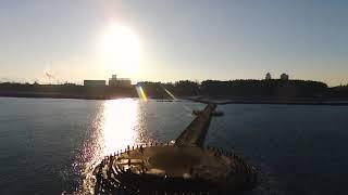 釣りのメッカ! 新潟市日和浜海岸の突堤を早朝に空撮。 既に多くの釣り...