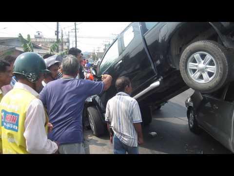 รถยนต์ชนกัน 6 คัน สะพานซอย 7 จ.ระนอง