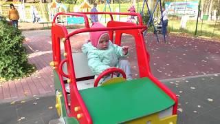 Детская площадка: дети играют, качаются на качелях, катаются с горки