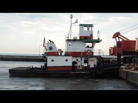 Duluth barge coming to port