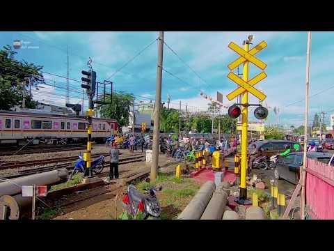 Terobos Palang Perlintasan Kereta Api Krl Pasar Enjo