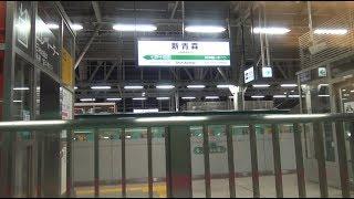 E5系が停車中の夜の新青森駅を出発して堺正幸アナウンサーの車内放送が流れる東北新幹線上りE5系はやぶさの車窓