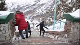 КомикAdze (Komikadze Комикадзе) Участники на каблуках спускаются вниз по лестнице