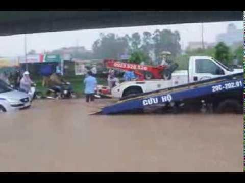 Ô tô bơi trong biển nước ở Hà Nội
