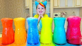 Nastya brinca com espuma colorida