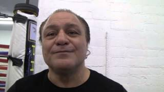 Roberto Duran Drops Fighter Who Posed For A Pic With Him - EsNews