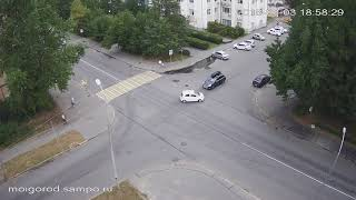 Автомобиль перевернулся и чуть не убил женщину с ребенком