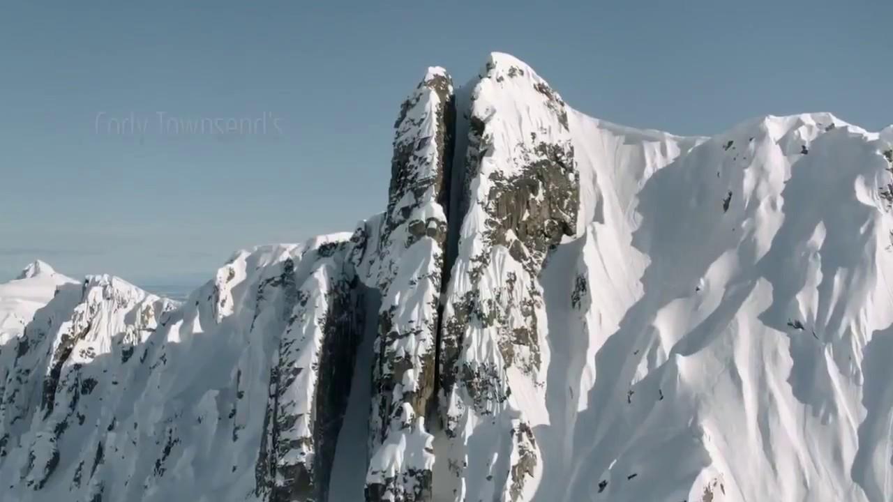 Экстрим, крутой спуск на лыжах через ущелье