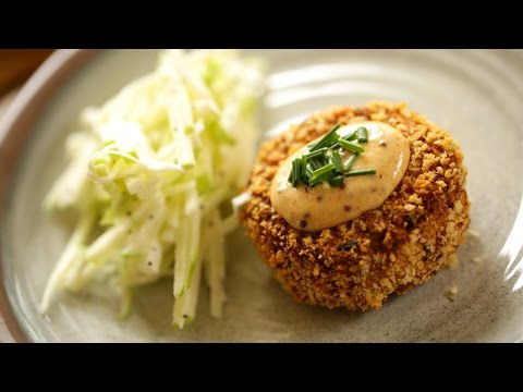 air-fryer-crab-cakes-with-remoulade-sauce-and-apple-slaw