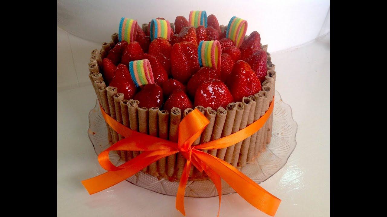 Bolo De Aniversário: Bolo De Morango Com Canudos Waffles De Chocolate Bolo De