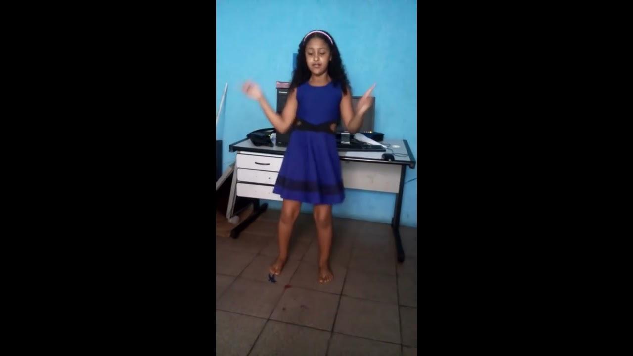 Menina de 11 anos dançando Anita nita
