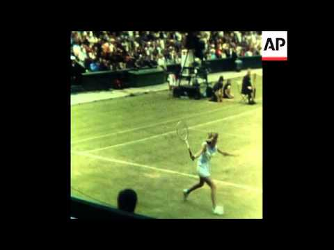 SYND 24 6 77 CHRIS EVERT BEATS TRACY AUSTIN IN GAME AT WIMBLEDON