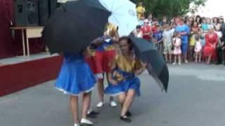 Танец с зонтиками на выпускном 2010