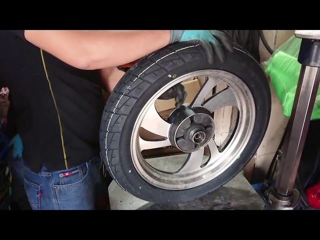 Quy trình thay vỏ (lốp) ruột xe bằng máy chuyên nghiệp.