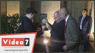 """عماد أبوغازى يهدى تمثال """"الفلاحة المرحة"""" لمتحف محمود مختار"""