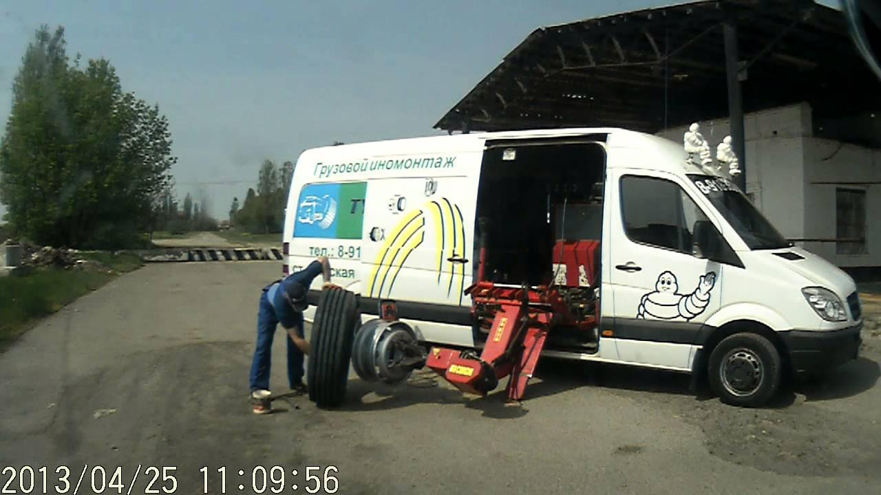 Демонтировать покрышки намного сложнее. Но шиномонтажный стенд грузовой сможет облегчить и эту трудоемкую работу.
