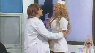 Repeat youtube video Niurka se disfraza de SEXY enfermera