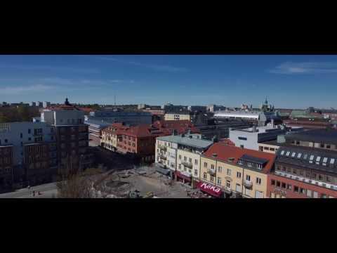 Knivhoggs i ogat vid port i eskilstuna