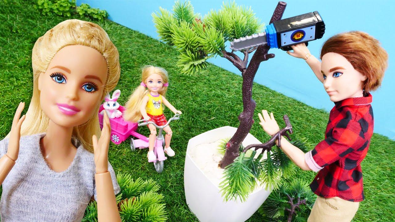 Hayal Ailesi.Chelsea ve Ken bahçede dalı kopan ağaç buluyorlar. Barbie oyunları