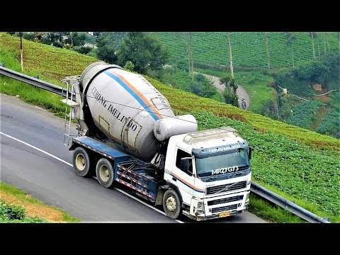 Ready Mix Cement Concrete Truck Uphill Road | Truck Molen Di Tanjakan Dieng Plateau Volvo FM13