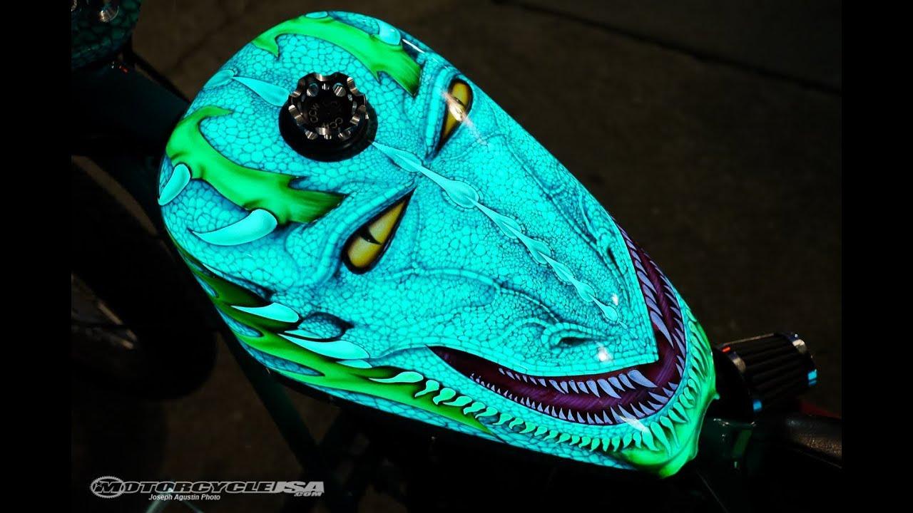 LumiLor-Lackierung leuchtet im Dunkeln - Motorrad mit krasser Farbe