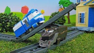 Видео с игрушками. Роботы поезда спешат в школу.