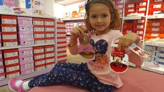Elife yazlık ayakkabı alışverişindeyiz, eğlenceli çocuk videosu