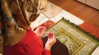 Kadın Namaz Kılarken Erkeğin Görmesi Namazı Bozar mı ?   Kayıp Dualar