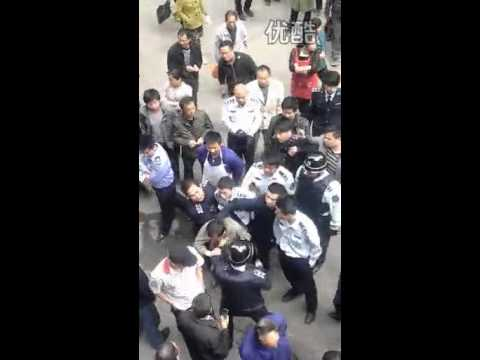 In China, a brawl between street enforcement officers and civilians