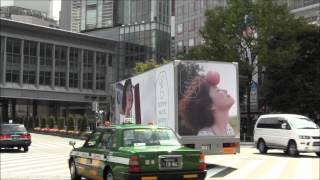 渋谷を走行する、上野樹里が出演しているCM 「E hyphen world gallery」...