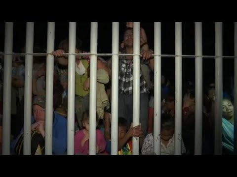 شاهد: وفود حاشدة من المهاجرين تقتحم المعبر الحدود بين غواتيمالا والمكسيك…  - 20:53-2018 / 10 / 20
