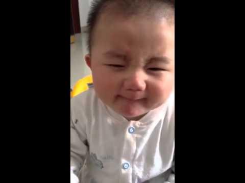 Как ребенок ест лимон фото