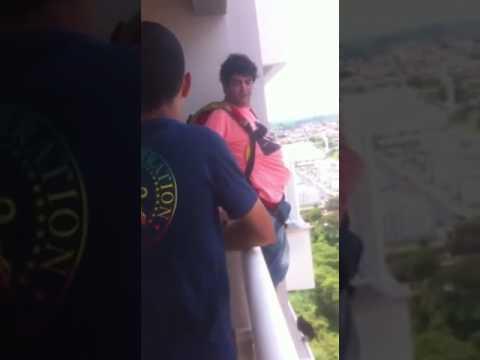 Gość kupuje spadochron przez internet, po czym wyskakuje z balkonu