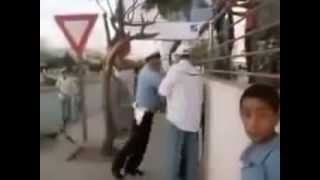 فيديو بوليسي مشانق مع واحد مول البيكالا وسط الطريق