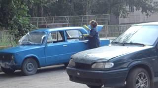 Вот как надо красить машину(Тётка красит кисточкой машину., 2015-03-23T14:06:52.000Z)