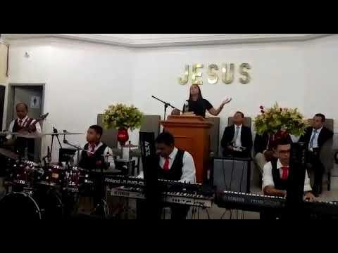 Conjunto de santo Aleixo tocando com Amanda Vanessa