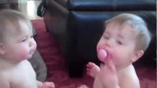 Les bébés jumeaux lutte sur une tétine