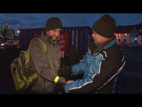 Strážníci městské policie rozdávali reflexní pásky