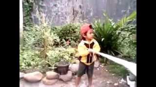 Adik Kecil Usia 3,7 tahun Pemecah Rekor memutar bendera 72 kali